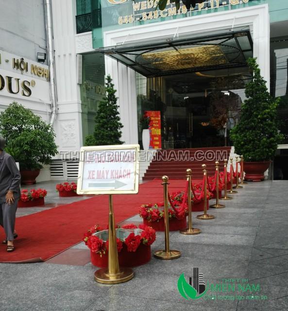 Hình ảnh cột chắn inox mạ vàng suer dụng cho quán Bar nhàn hàng khách sạn